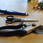 Es braucht nur wenig Werkzeug, um Kränze zu binden.