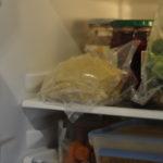 ...wandert er zum fest werden in den Kühlschrank