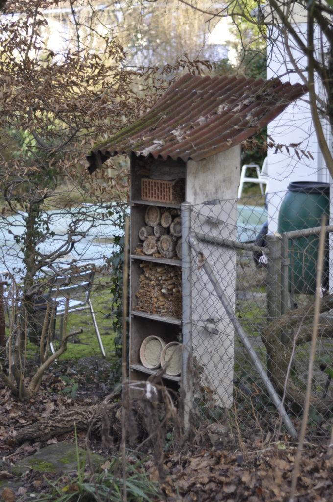 Hier unser Insektenhotel, das eine Überarbeitung nötig hat.