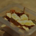 Zutaten, wie hier z.B. getrocknete Orangenschalen, können dem Zucker beim Mixen direkt beigegeben werden.