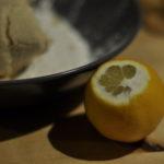 Ein paar Spritzer Zitrone helfen beim Verbinden.