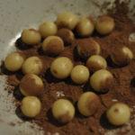 Die Kugeln formen und in den Kakao legen.