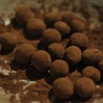 Locker geschwungen, haftet der Kakao verlockend an der Masse.