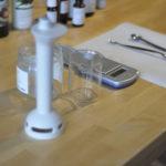 Die Werkzeuge liegen alle sterilisiert bereit: leider ist mein Lieblingsbecherglas in die Brüche gegangen. Darum als Ersatz das Honigglas :-)