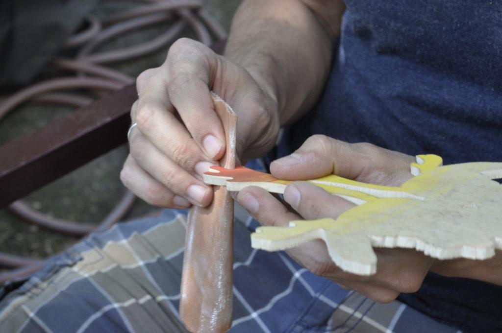 Mit Schmirgelpapier kann man die Kanten glätten.