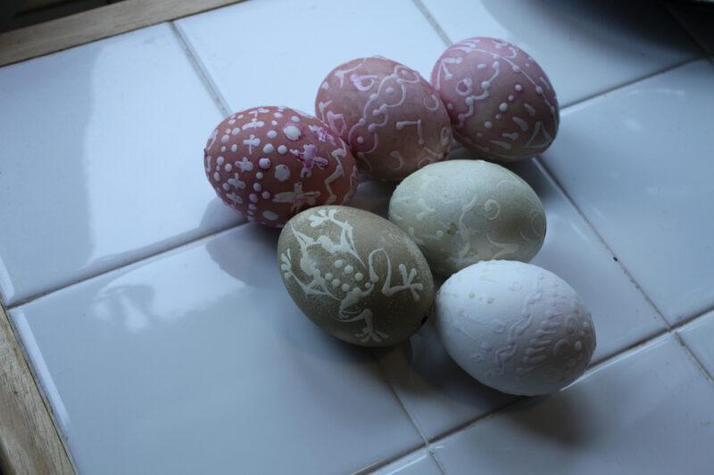 Oben: mit Randen gefärbte Eier (von 15 Minuten bis zu einer Stunde). Mitte: Mit Brennesselsud gefärbte Eier (15 Minuten und 1 Stunde). Unten: Ei ohne Färbung.