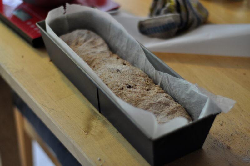 Das Brot lässt sich angenehm in einer Kastenform backen - es geht jedoch auch eine andere beliebige Form.