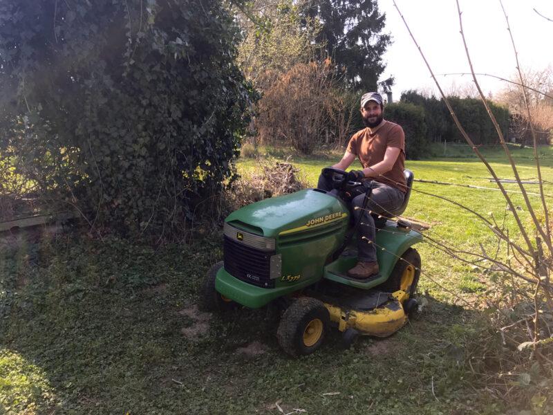 Sascha lernt Rasen mähen 1