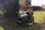Sascha lernt Rasen mähen